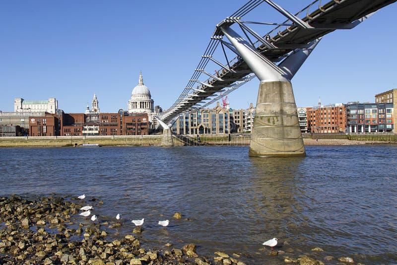 Γέφυρα Λονδίνο χιλιετίας με το μπλε ουρανό στοκ φωτογραφία με δικαίωμα ελεύθερης χρήσης