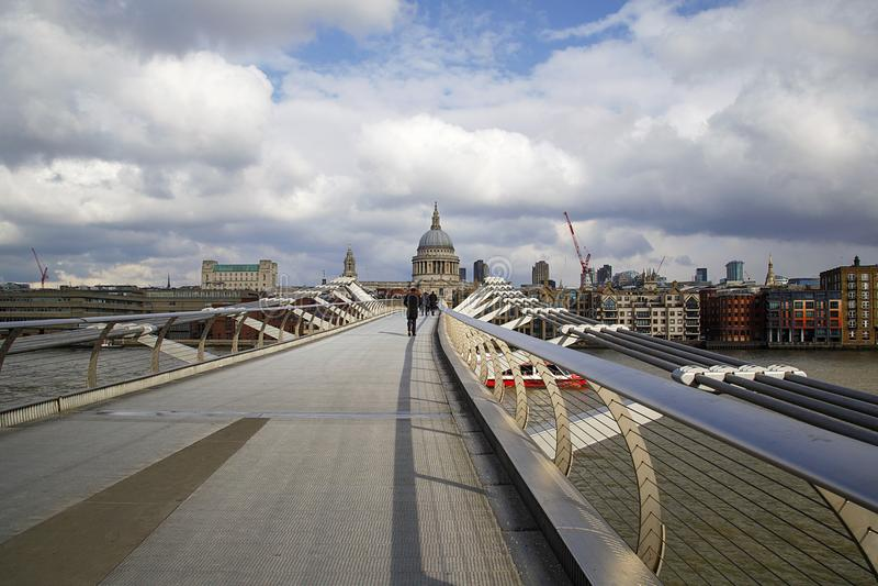 Γέφυρα Λονδίνο χιλιετίας που εξετάζει το ST Pauls στη μακρινή πλευρά στοκ εικόνες