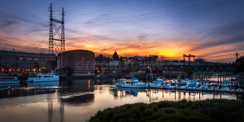 Γέφυρα μαρινών και τραίνων στο ηλιοβασίλεμα στοκ φωτογραφίες με δικαίωμα ελεύθερης χρήσης
