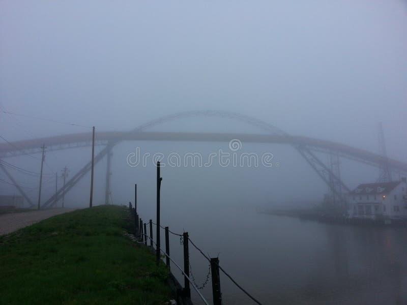 Γέφυρα μεταφορέων αποβαθρών άνθρακα Ashtabula Οχάιο ομίχλης στοκ φωτογραφία