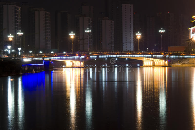 Download Γέφυρα με το φως νέου τη νύχτα Στοκ Εικόνες - εικόνα από φως, nightlife: 13182268