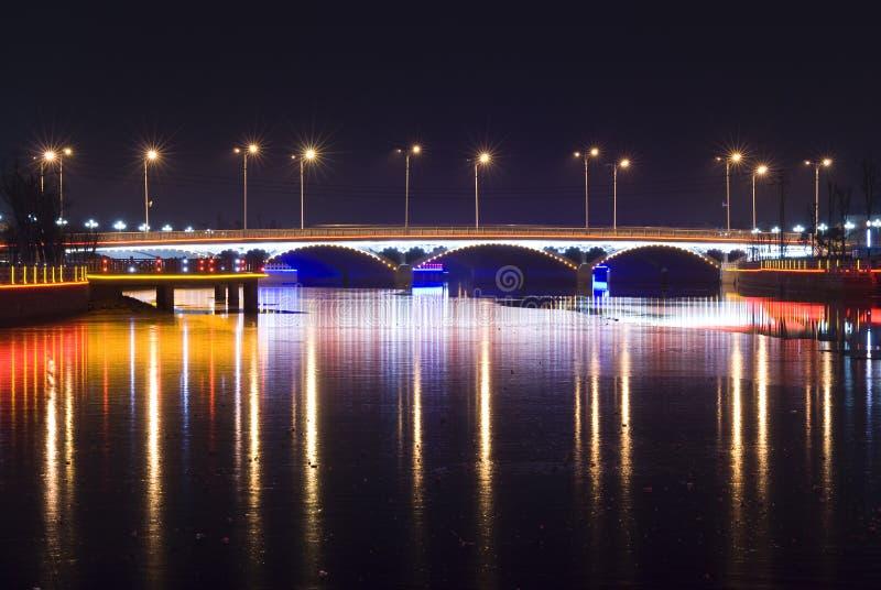 Download Γέφυρα με το φως νέου τη νύχτα Στοκ Εικόνες - εικόνα από επιχείρηση, ασία: 13182272