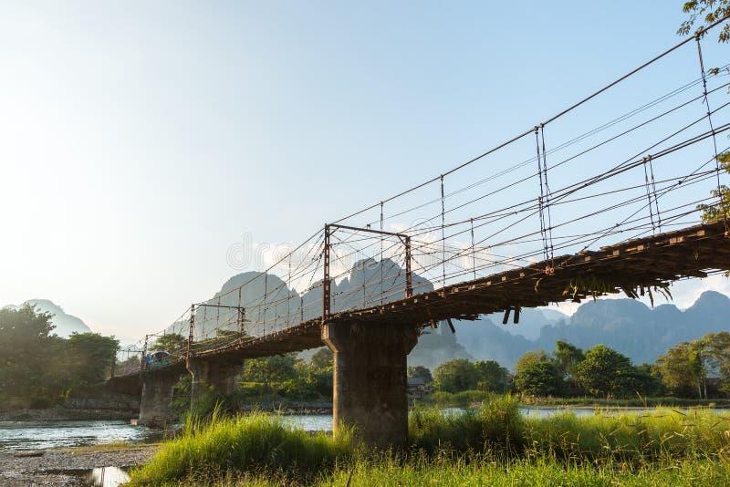 Γέφυρα μπαμπού πέρα από τον ποταμό τραγουδιού Nam στο χωριό Vang Vieng στοκ εικόνες με δικαίωμα ελεύθερης χρήσης