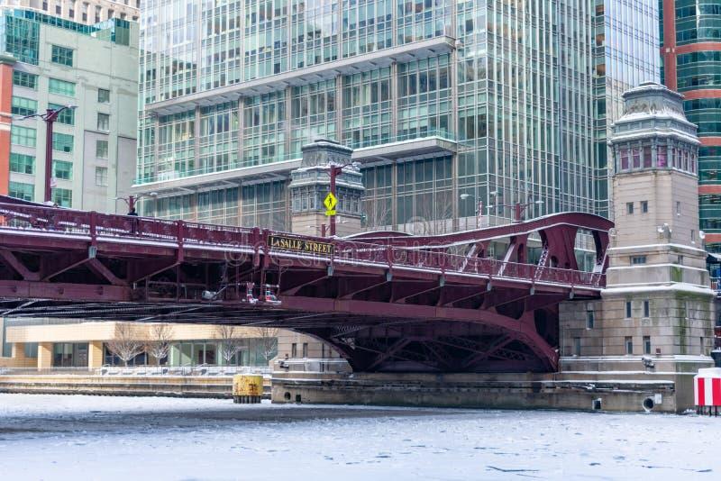 Γέφυρα οδών LaSalle πέρα από τον παγωμένο ποταμό του Σικάγου στοκ φωτογραφία με δικαίωμα ελεύθερης χρήσης
