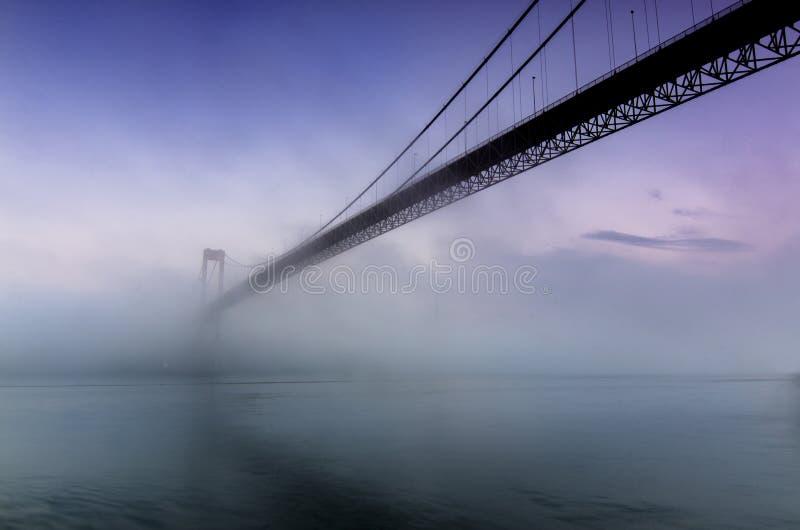 γέφυρα ομιχλώδης στοκ εικόνα