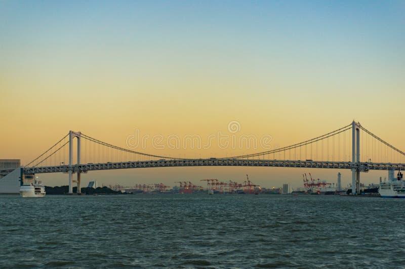 Γέφυρα ουράνιων τόξων πέρα από τον ποταμό Sumida στο Τόκιο, Ιαπωνία στοκ φωτογραφία