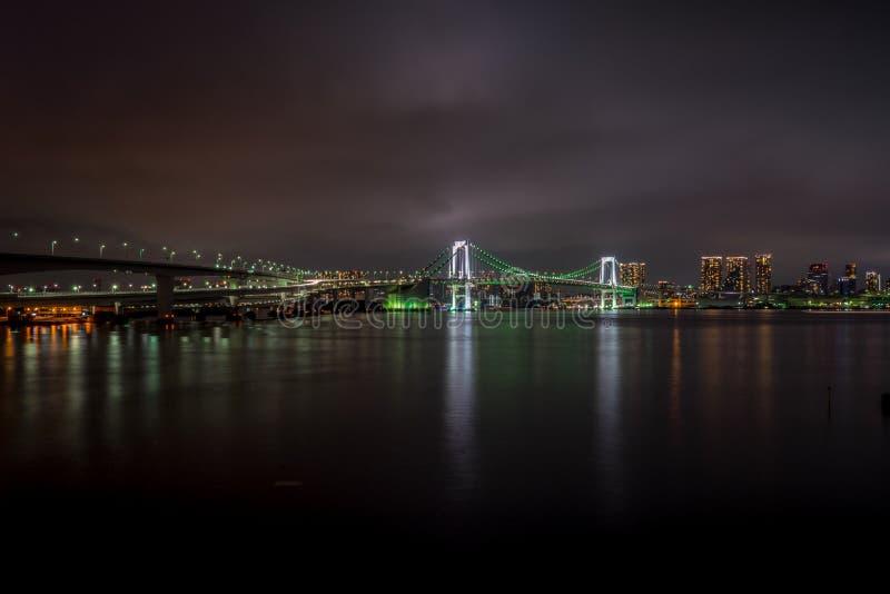 Γέφυρα ουράνιων τόξων του Τόκιο τη νύχτα στοκ εικόνα με δικαίωμα ελεύθερης χρήσης