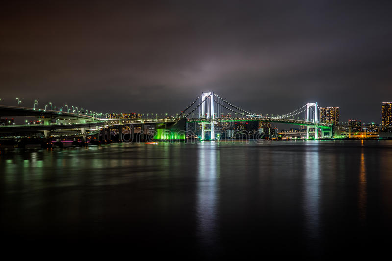 Γέφυρα ουράνιων τόξων του Τόκιο τη νύχτα στοκ φωτογραφία με δικαίωμα ελεύθερης χρήσης