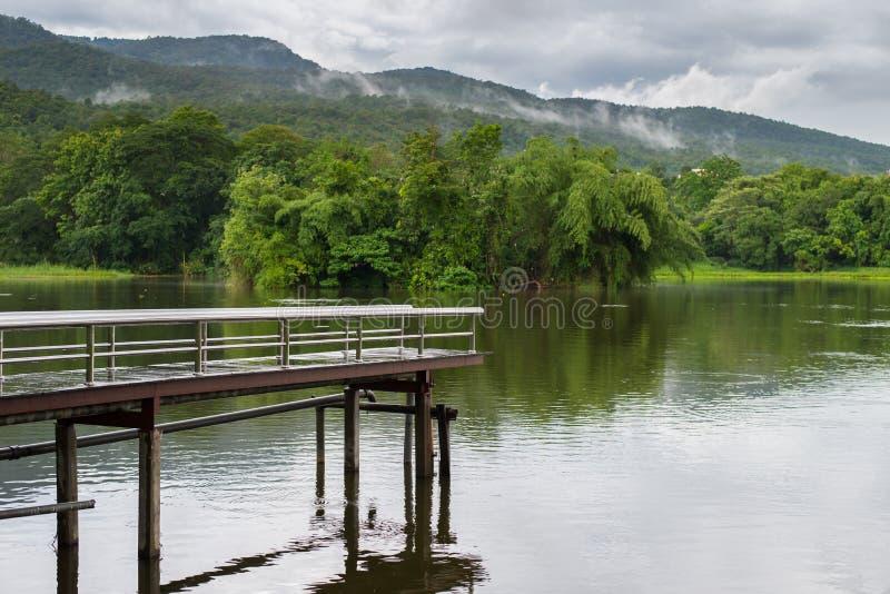 Γέφυρα πέρα από ένα φράγμα κοντά στο βουνό στοκ εικόνες