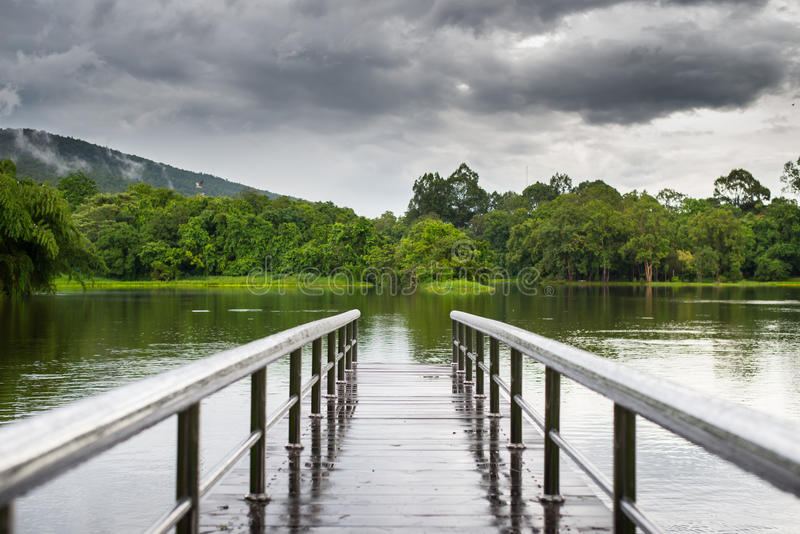 Γέφυρα πέρα από ένα φράγμα κοντά στο βουνό στοκ φωτογραφία με δικαίωμα ελεύθερης χρήσης