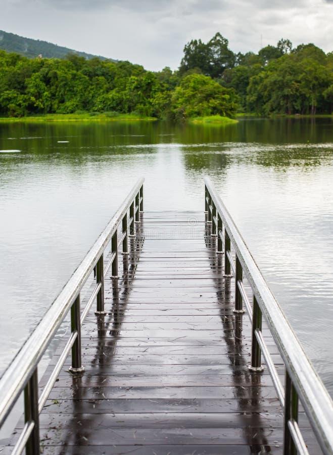 Γέφυρα πέρα από ένα φράγμα κοντά στο βουνό στοκ εικόνα