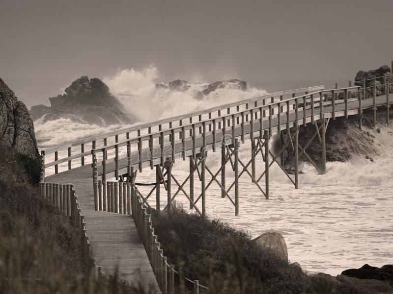 Γέφυρα πέρα από τα ενοχλημένα νερά διανυσματική απεικόνιση
