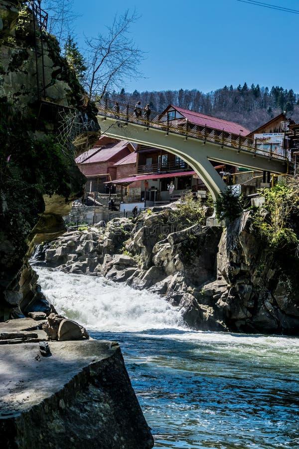 Γέφυρα πέρα από τα ορμητικά σημεία ποταμού του ποταμού Prut βουνών στοκ εικόνες