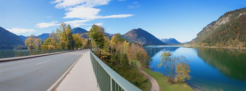 Γέφυρα πέρα από την τεχνητή λίμνη sylvenstein το φθινόπωρο, βαυαρικά όρη στοκ εικόνες