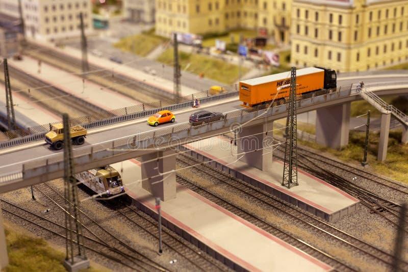 Γέφυρα πέρα από τη ράγα τραίνων στην πόλη με το φορτηγό και το αυτοκίνητο στο μικροσκοπικό κόσμο στοκ φωτογραφίες