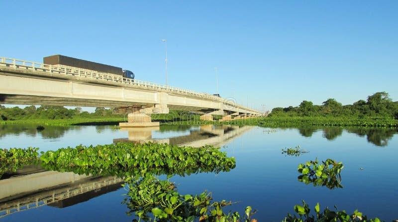 Γέφυρα πέρα από τον μπλε ποταμό Ουρουγουάη νερού στη Βραζιλία στοκ φωτογραφία