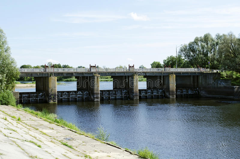 Γέφυρα πέρα από τον ποταμό με την πύλη στοκ εικόνα με δικαίωμα ελεύθερης χρήσης