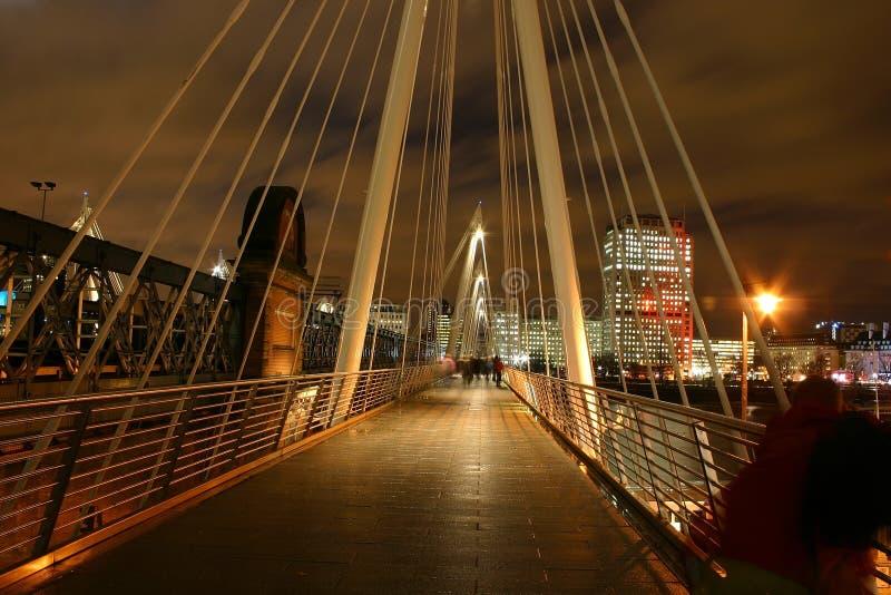 Γέφυρα πέρα από τον ποταμό Τάμεσης τή νύχτα στοκ φωτογραφίες