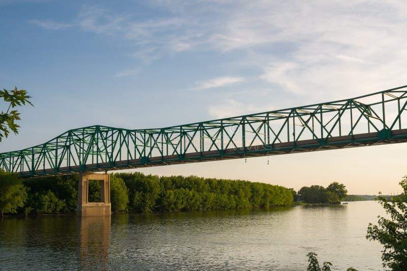 Γέφυρα πέρα από τον ποταμό του Ιλλινόις στοκ φωτογραφία με δικαίωμα ελεύθερης χρήσης