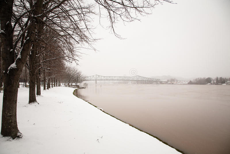 Γέφυρα πέρα από τον ποταμό του Οχάιου το χειμώνα στοκ εικόνα με δικαίωμα ελεύθερης χρήσης