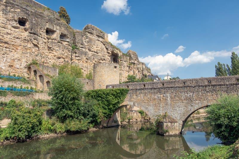 Γέφυρα πέρα από τον ποταμό Alzette στη λουξεμβούργια πόλη στο κέντρο της πόλης Grund στοκ εικόνες