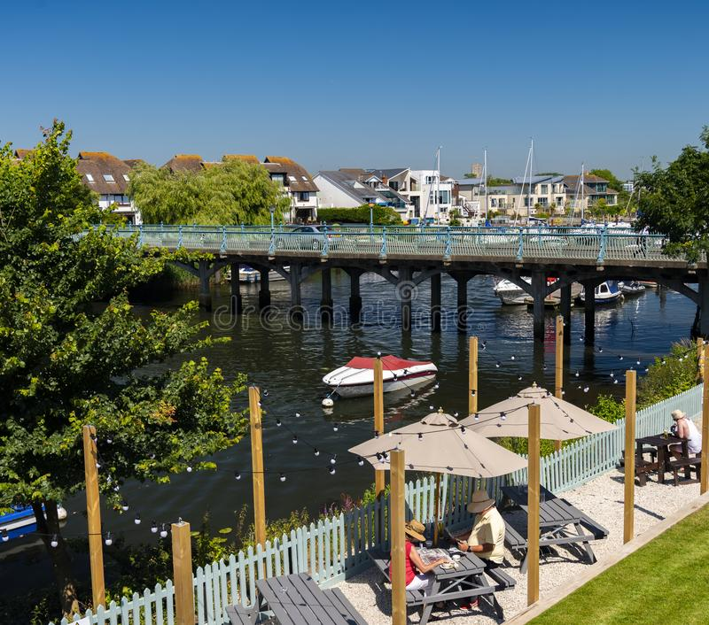 Γέφυρα πέρα από τον ποταμό Avon σε Tuckton κοντά σε Christchurch Dorset στοκ εικόνα με δικαίωμα ελεύθερης χρήσης