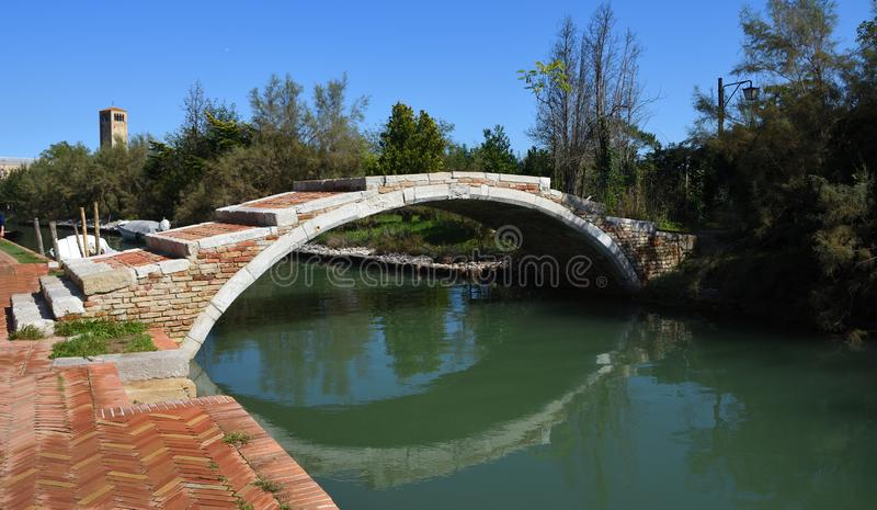 Γέφυρα πέρα από το κανάλι Torcello Βενετία στο νησί Torcello στοκ φωτογραφίες