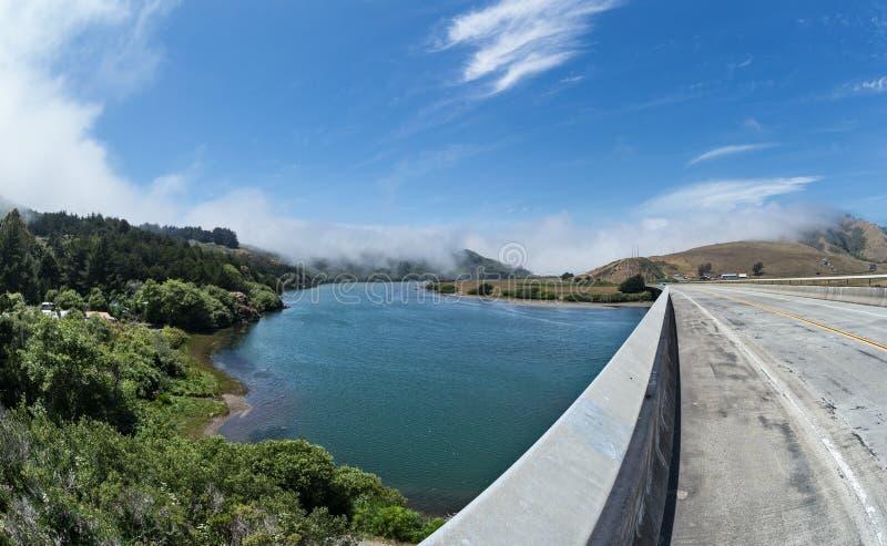 Γέφυρα πέρα από το ρωσικό ποταμό, βόρεια Καλιφόρνια στοκ εικόνες