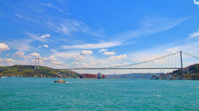 Γέφυρα πέρα από το στενό Bosphorus που συνδέει την Ευρώπη με την Ασία στοκ φωτογραφία με δικαίωμα ελεύθερης χρήσης