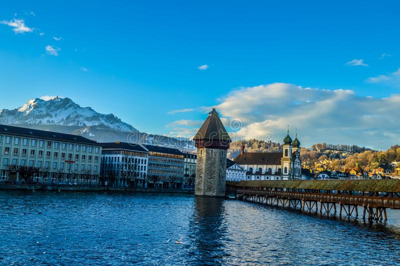 Γέφυρα παρεκκλησιών Luzern, Ελβετία στο μπλε στοκ εικόνα