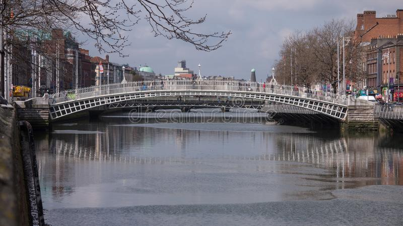 Γέφυρα πενών εκταρίου ` πέρα από τον ποταμό Liffey στην πόλη του Δουβλίνου, Ιρλανδία στοκ εικόνα