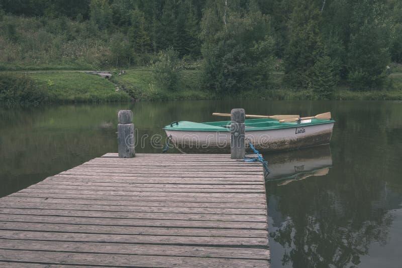 γέφυρα ποδιών ξύλινου και σύνθετου υλικού πέρα από το νερό - εκλεκτής ποιότητας ρ στοκ εικόνα με δικαίωμα ελεύθερης χρήσης