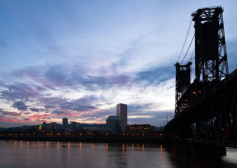Γέφυρα ποταμών σκιαγραφιών οριζόντων πόλεων νύχτας τοπίων και saturat στοκ εικόνες