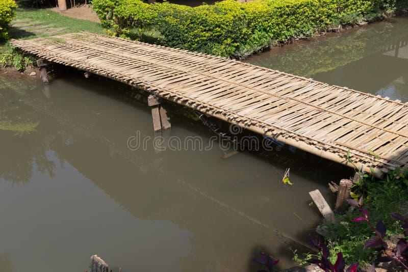 Γέφυρα που γίνεται ξύλινη από το μπαμπού στοκ εικόνα