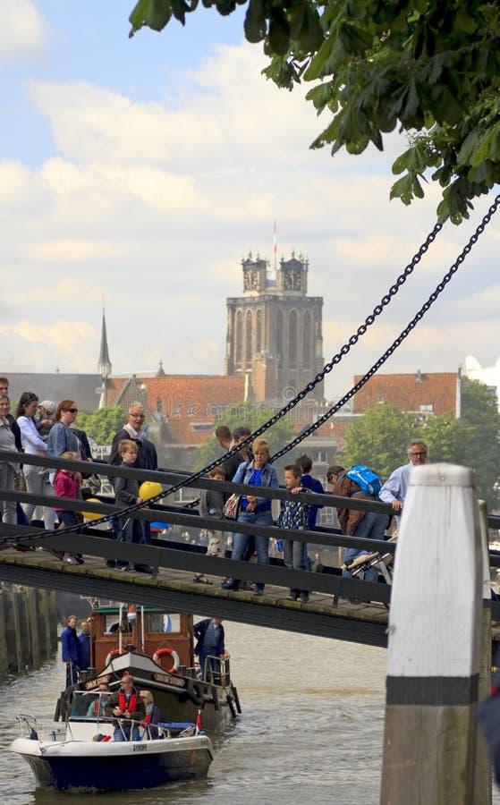 γέφυρα που διασχίζει τους επισκέπτες στοκ εικόνες με δικαίωμα ελεύθερης χρήσης
