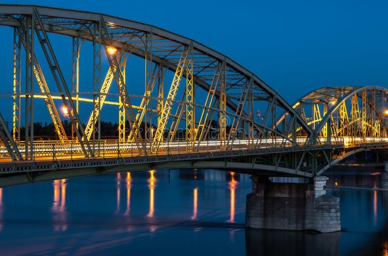 Γέφυρα που συνδέει δύο χώρες, τη Σλοβακία και την Ουγγαρία στοκ φωτογραφίες με δικαίωμα ελεύθερης χρήσης