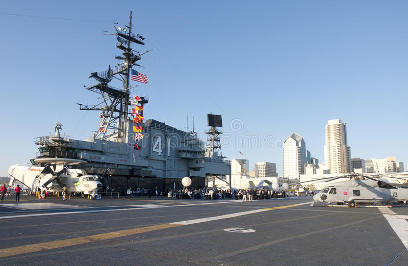 Γέφυρα πτήσης του USS ευρισκόμενου στη μέση του δρόμου στοκ φωτογραφίες με δικαίωμα ελεύθερης χρήσης