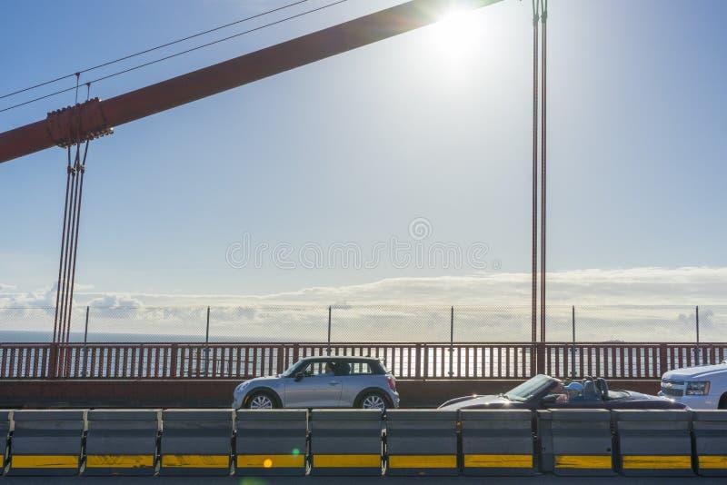 Γέφυρα πυλών ενάντια στον ουρανό ηλιοβασιλέματος στο Σαν Φρανσίσκο, ασβέστιο στοκ εικόνες