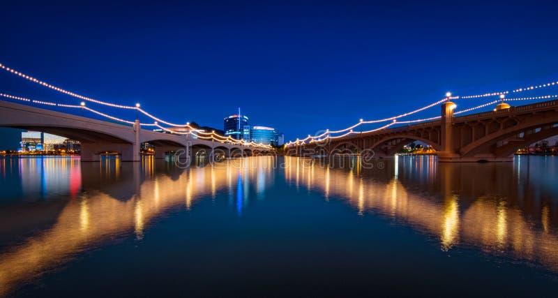 Γέφυρα πόλης λιμνών Tempe τη νύχτα στοκ εικόνα