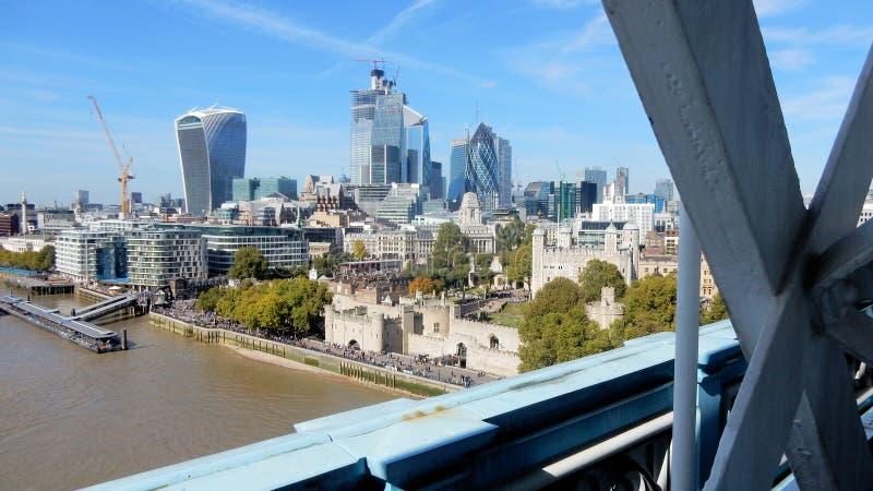 Γέφυρα πύργων άποψης στον πύργο του Λονδίνου, των ουρανοξυστών και του ποταμού Τάμεσης στοκ φωτογραφίες