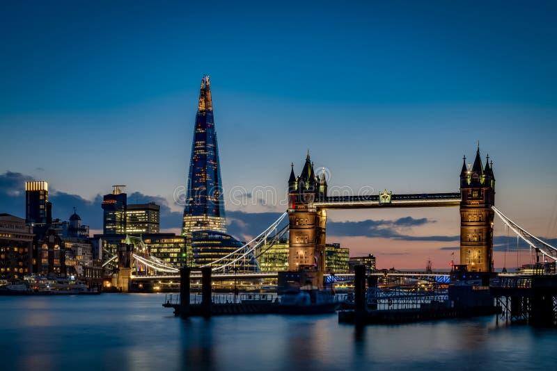 Γέφυρα πύργων και ο ορίζοντας του Λονδίνου ουρανού στο ηλιοβασίλεμα στοκ φωτογραφία με δικαίωμα ελεύθερης χρήσης