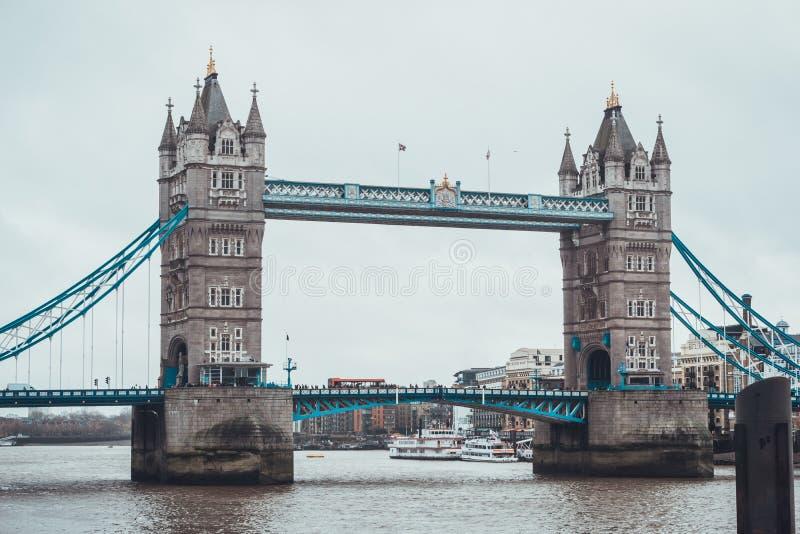 γέφυρα πύργων, Λονδίνο στον ποταμό Τάμεσης στοκ φωτογραφίες