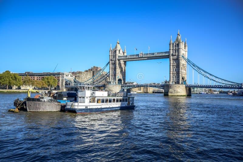 Γέφυρα πύργων πέρα από τον ποταμό Τάμεσης κοντά στον πύργο του Λονδίνου, Αγγλία, UK στοκ εικόνα