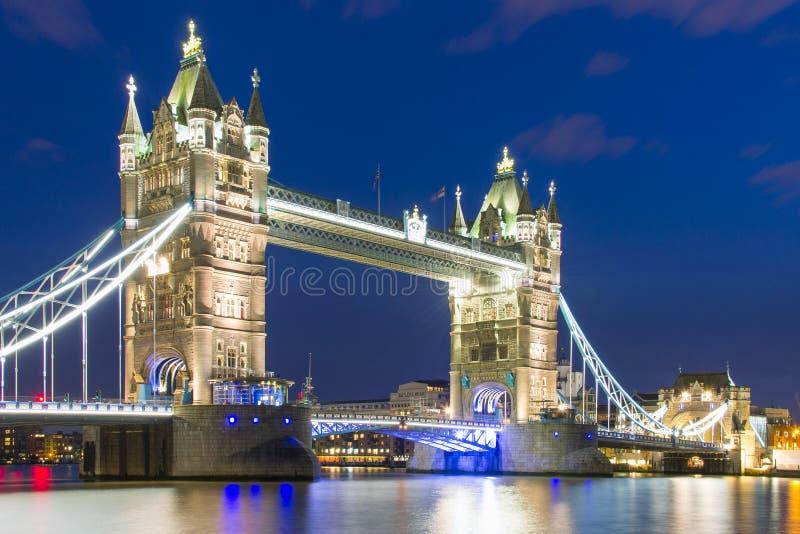 Γέφυρα πύργων στο σκοτάδι στοκ εικόνες με δικαίωμα ελεύθερης χρήσης