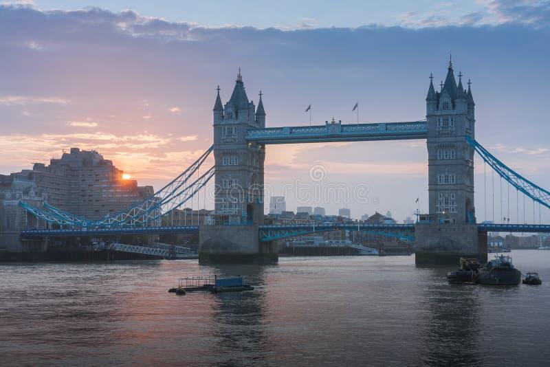 Γέφυρα πύργων στο χρόνο ανατολής, Λονδίνο, Αγγλία στοκ εικόνα με δικαίωμα ελεύθερης χρήσης