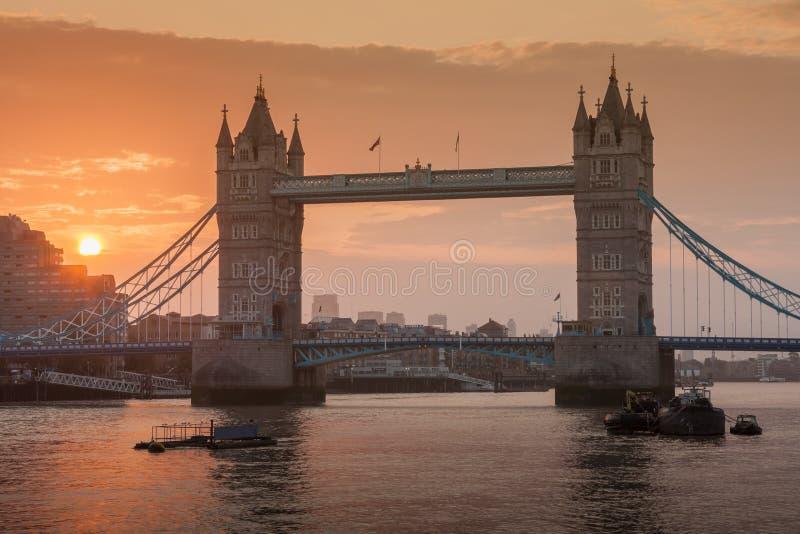 Γέφυρα πύργων στο χρόνο ανατολής, Λονδίνο, Αγγλία στοκ φωτογραφία