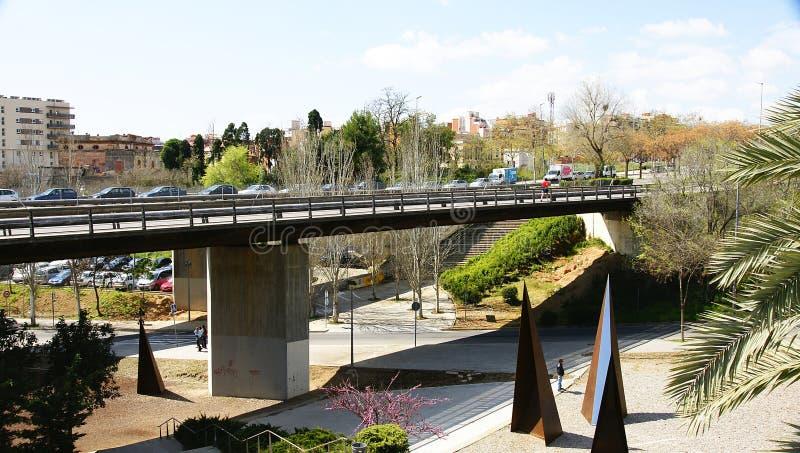 Γέφυρα σε Collblanc με τους κήπους και τις πυραμιδικές δομές στοκ φωτογραφίες με δικαίωμα ελεύθερης χρήσης