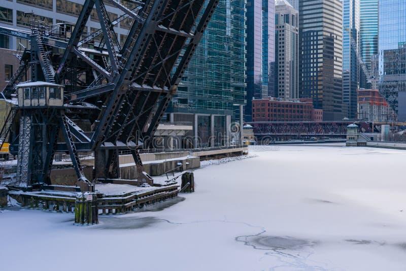 Γέφυρα σιδηροδρόμου οδών Kinzie που αυξάνεται πέρα από τον παγωμένο ποταμό του Σικάγου που κοιτάζει προς κεντρικός στοκ εικόνες με δικαίωμα ελεύθερης χρήσης
