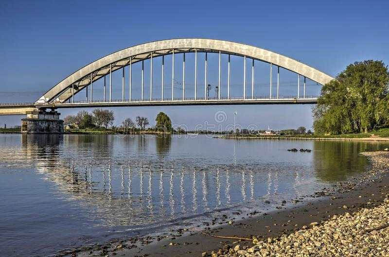 Γέφυρα σιδηροδρόμων και παραλία ποταμών στοκ φωτογραφία με δικαίωμα ελεύθερης χρήσης