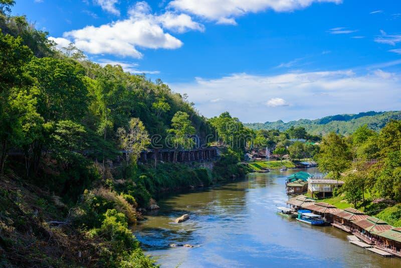 Γέφυρα σιδηροδρόμων θανάτου πέρα από τον ποταμό Kwai Noi στη σπηλιά Krasae στοκ φωτογραφία με δικαίωμα ελεύθερης χρήσης